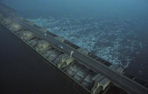 Een historisch plaatje. In het voorjaar van 1994 voerde Rijkswaterstaat een praktijkproef uit met de Haringvlietsluizen, waarbij zout zeewater het Haringvliet mocht instromen. (foto: Jacques van der Neut)